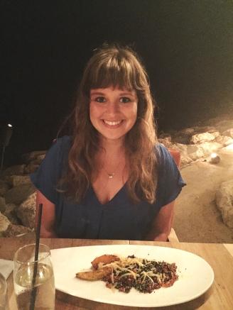 Blij met mijn quinoa-pompoen salade! Op de achtergrond zie je de zee.