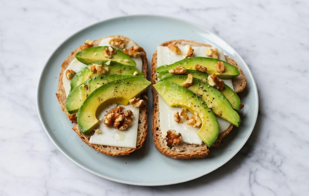 toast-avocado-geitenkaas-walnoten-honing-personal-foodcoaching